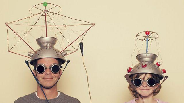 Hombre y mujer con aparatos en la cabeza cómico