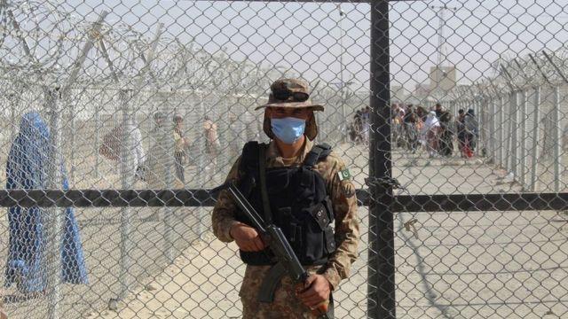 Un guardia pakistaní en la frontera con Afganistán