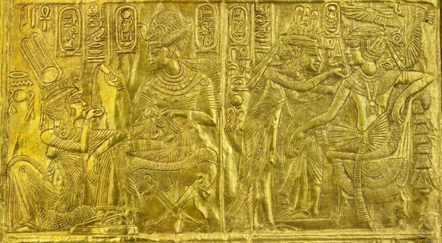 Деревянная золоченая усыпальница с изображениями Тутанхамона и его жены Анхесенамон