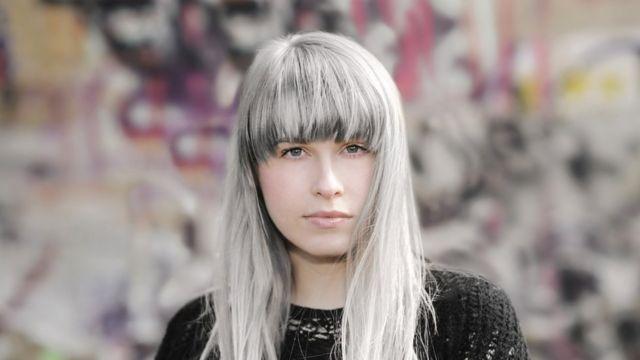 Mulher jovem com cabelo branco