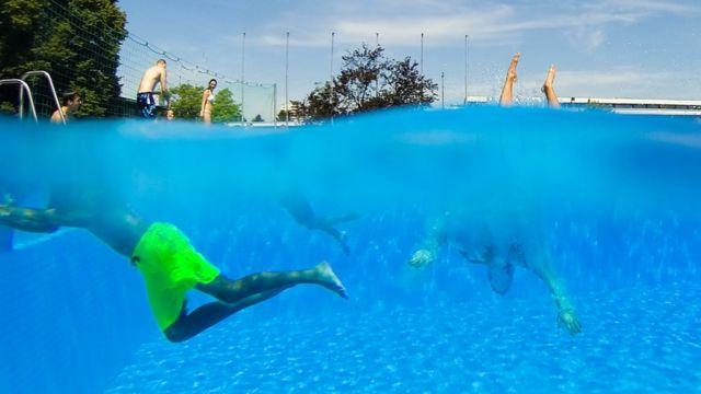 Жители Ганновера отдыхают у бассейна Lister Bad