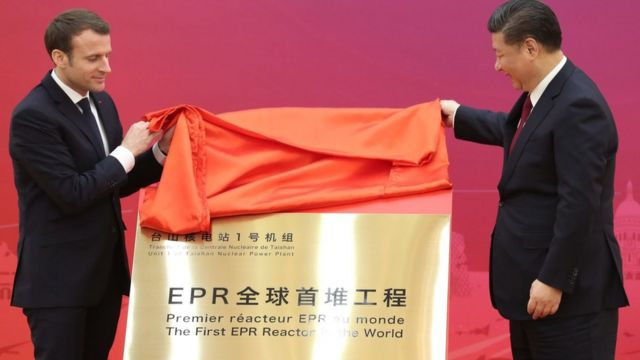 馬克龍(左)與習近平(右)在北京人民大會堂為台山核電站揭牌(中新社圖片9/1/2018)