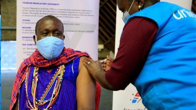 Queniano recebendo dose de vacina