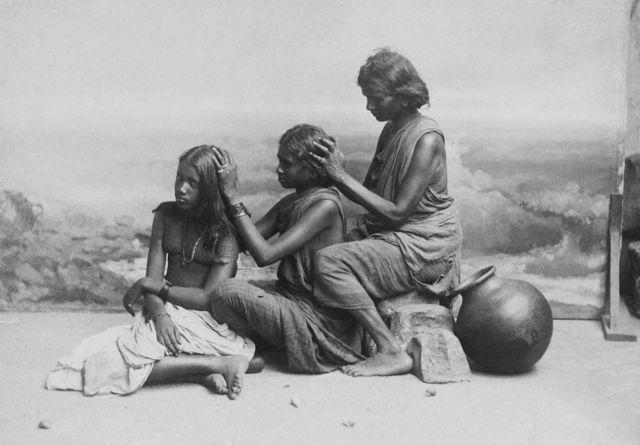 1910இல் மூன்று பெண்கள் ஒருவருக்கொருவர் தலையில் பேன் பார்க்கும் காட்சி.