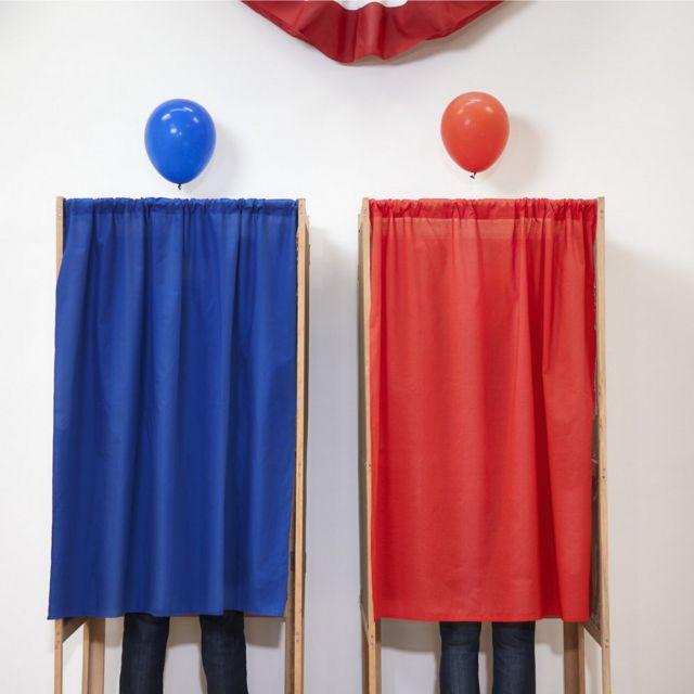 Votantes en casillas roja y azul