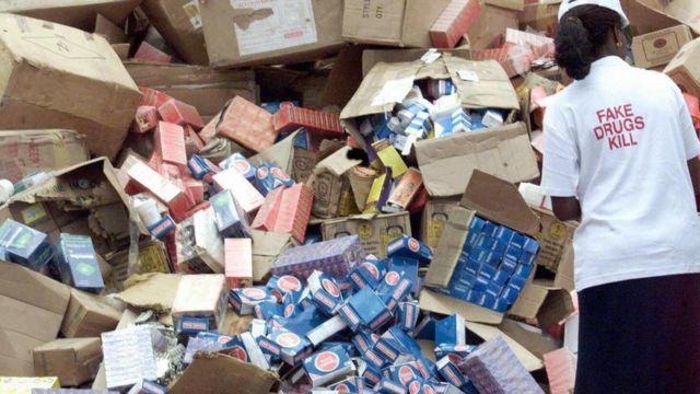 Cette photo datée du 13 octobre 2001 montre un fonctionnaire de la National Agency for Food and Drug Administration and Control (NAFDAC) en train de décharger des caricatures de faux médicaments en vue de leur destruction le 13 octobre 2001, dans les locaux de l'agence à Lagos