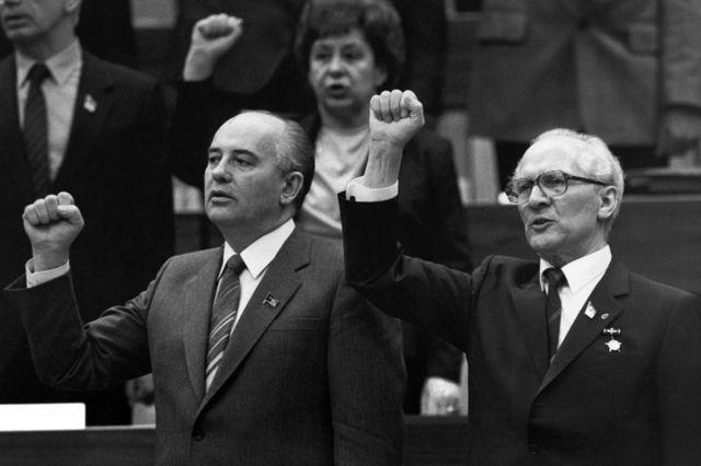 Mikhail Gorbachev e o líder da Alemanha Oriental Erich Honecker cantam a Internacional Comunista em Berlim, em 1986