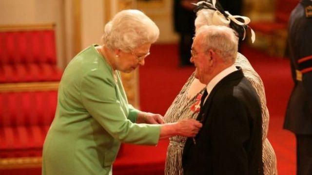 منحت الملكة إليزابث وسام الإمبراطورية للزوج