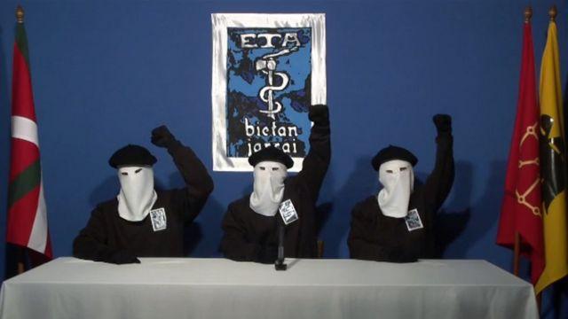 Miembros de ETA leen un comunicado.