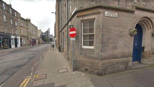 Two knifepoint robberies in Edinburgh 'linked'