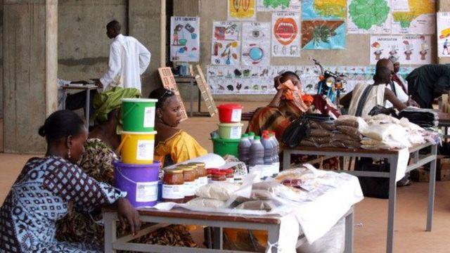 Dans le grand marché de Sikasso, des boutiques spécialisées proposent des articles venus de l'autre côté des frontières.