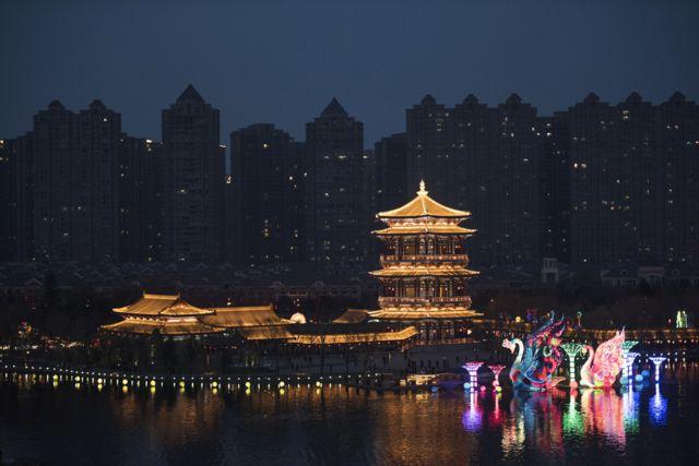 เจดีย์ประดับประดาด้วยแสดงไฟ้ พร้อมกับโคมไฟสีสันสวยงาม ภายในอุทยานสวรรค์แห่งราชวงศ์ถัง ในเมืองซีอาน มลฑลส่านซี เพื่อเฉลิมฉลองเทศกาลตรุษจีน