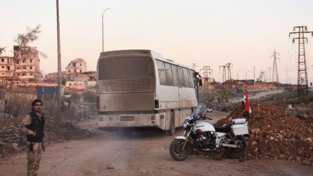 حافلة تغادر حلب المحاصرة