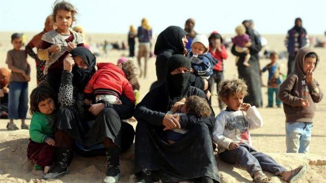 मोसुल में जारी लड़ाई के कारण शहर से निकले इऱाकी शरणार्थी