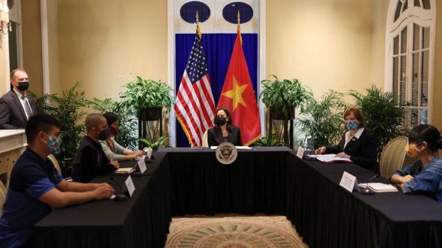 Phó Tổng thống Mỹ Kamala Harris (giữa)