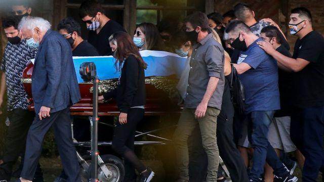 Familiares y amigos transportan el ataúd con restos de Maradona
