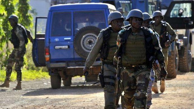 Des éléments des forces de sécurité maliennes à l'hôtel Radisson Blu, peu après la prise d'otage