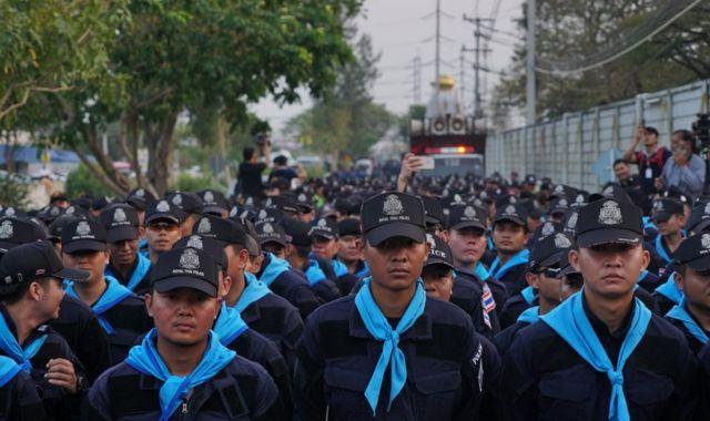 Polis ve asker tapınağın etrafını sardı.
