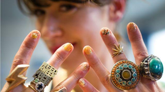 加州一名女模特在20187年大麻合法化后,展示系列大麻主题的戒指首饰。