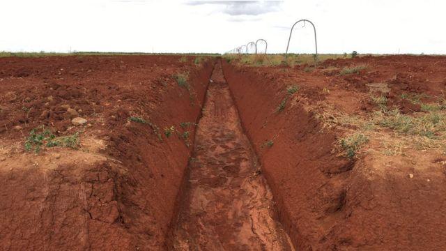 Campo baldío de tierra roja