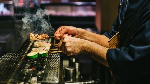 مواد غذایی به جای سرخ شدن اغلب بخارپز یا آرام پز می شوند