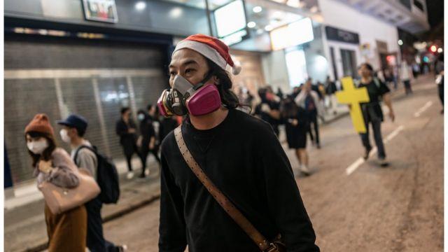 示威者的頭盔換成了聖誕帽。