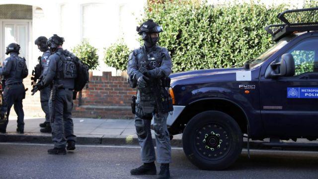 ตำรวจติดอาวุธรุดไปยังสถานีพาร์สัน กรีน หลังได้รับแจ้งเหตุ