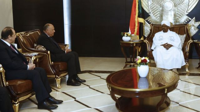 وزير الخرجية المصري يلتقي بالرئيس السوداني في الخرطوم