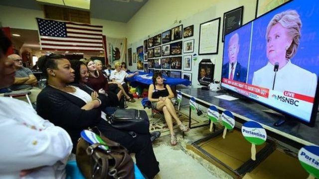 नेवाडा में गुरुवार को हुई बहस को टीवी पर देखते लोग.