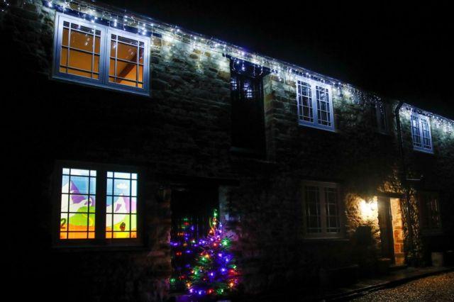 در بریتانیا، ساکنان روستای وودلند، در نورتهمپتونشایر، خانههایشان را در روزهای منتهی به کریسمس آراستند
