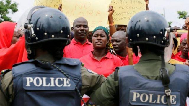 पुलिस और प्रदर्शनकारी