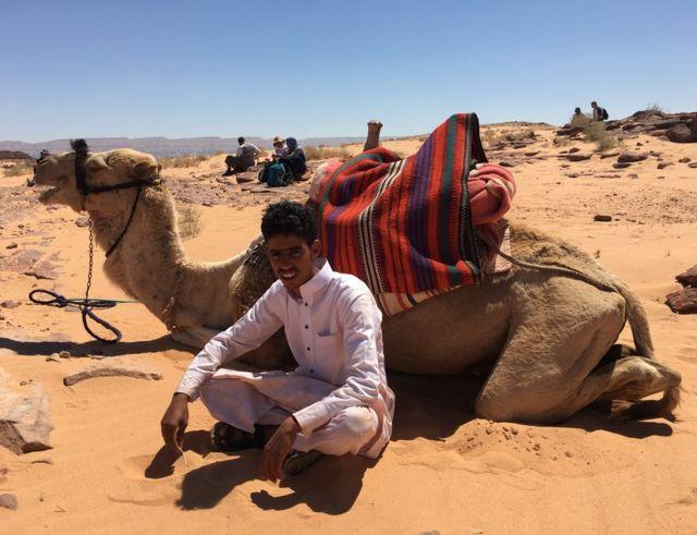 Dečak sa kamilom