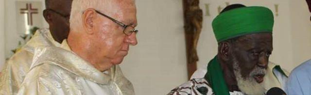 Le Père Andrew Campbell (G) et le Sheikh Osman Sharubutu (D)
