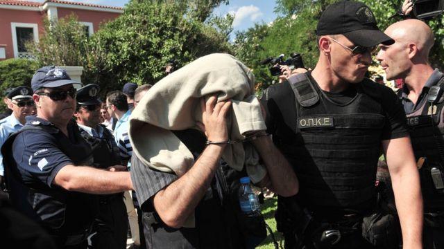 Yunanistan'a kaçan bir Türk askeri polis nezaretinde mahkemeye görürülüyor.