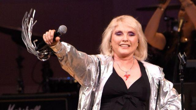 追悼コンサートで歌うブロンディのデボラ・ハリー(31日、ニューヨーク)