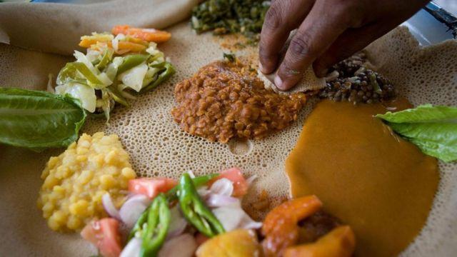 El tef se usa para preparar el injera, un pan parecido al panqueque, perfecto para comer con carne y legumbres estofadas.
