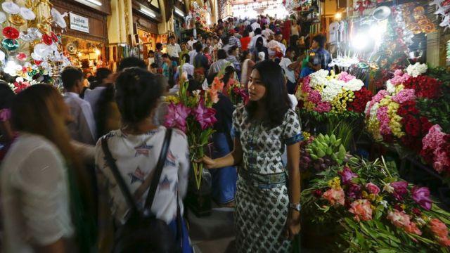 ဘုရား စောင်းတန်းမှာ ဘာသာခြားတွေ စျေးရောင်းတာ မျိုးချစ် သံဃာများ မလိုလား