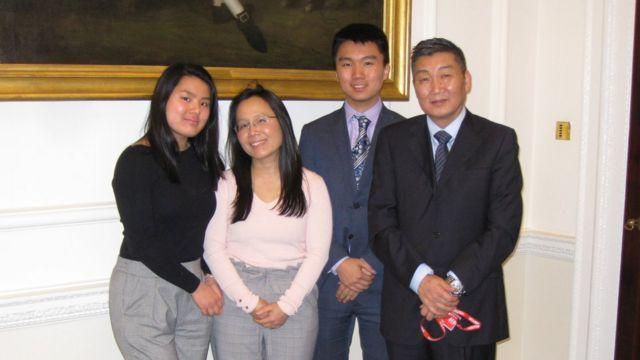 醫生鍾小燕BEM (Dr. Siow Yen Andersen BEM, 左數第二位)夫婦和子女