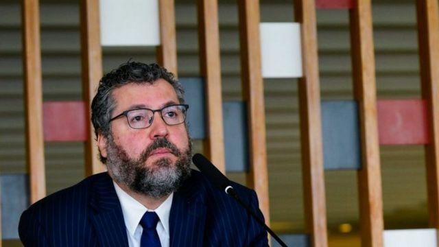 Ernesto Araújo fala ao microfone