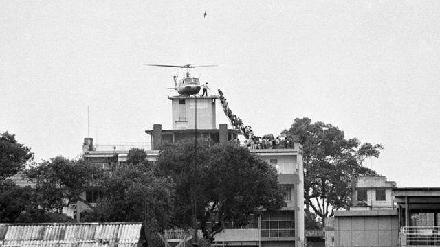 در عکس نمادین سال ۱۹۷۵، افراد در حال سوار شدن به هلیکوپتری روی پشتبام ساختمان سیا در سایگون هستند