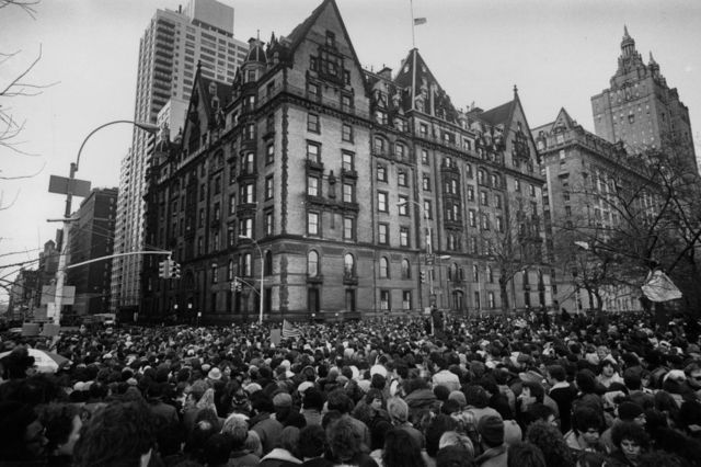 Los fanáticos se reúnen fuera del edificio donde vivía John Lennon