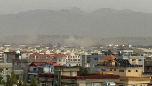 الدخان يتصاعد من محيط مطار كابل