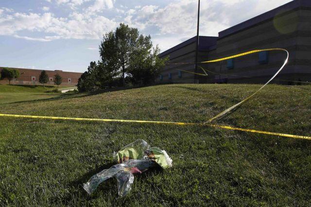"""Flores en homenaje a los muertos en la """"masacre de Batman"""" en Aurora, Denver, Colorado, Estados Unidos."""