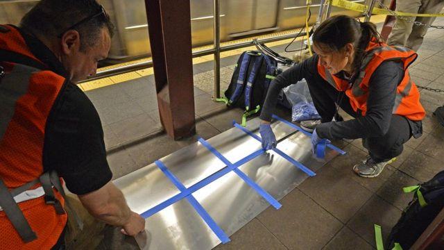 Исследование отложений на алюминиевых пластинах, закрепленных на платформах, позволяет определить плотность содержащихся в воздухе частиц