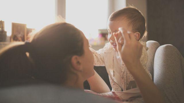 """""""Criar meus filhos me levou à falência"""", diz escritora francesa sobre gastos com crianças"""