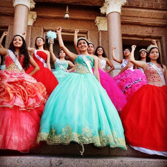 Jóvenes vestidas de quinceañeras ante el capitolio de Texas, Estados Unidos, el miércoles 20 de julio.