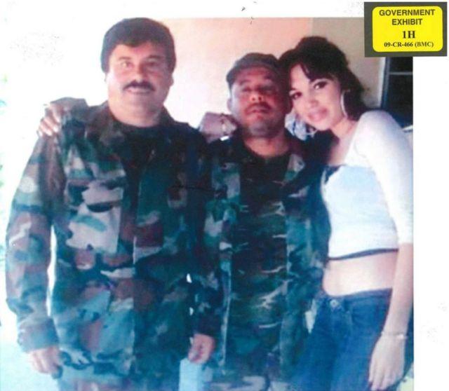 El Chapo son su exasistente personal Alex Cifuentes Villa, y una mujer joven.