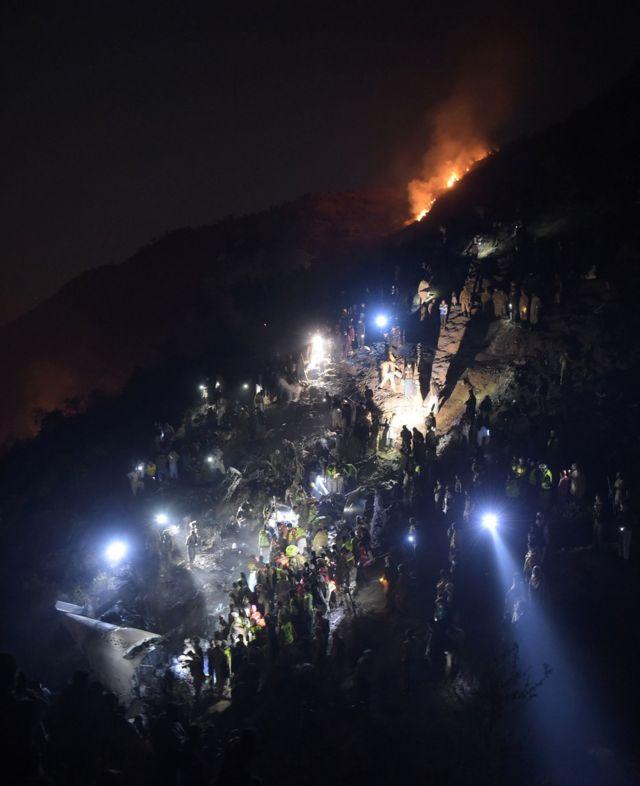 軍人和搜救人員搜尋遇難者遺骸