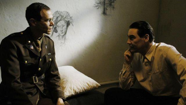 Dramatización de la BBC de una de las sesiones de Gustave Gilbert con un acusado de crímenes de guerra nazi