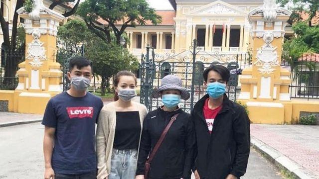 Gia đình Facebooker Ngô Văn Dũng trước cổng tòa án tại TP Hồ Chí Minh hôm 31/7/2020